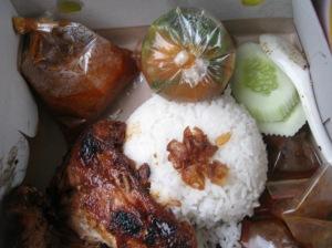 Paceri nanas bersama ayam panggang