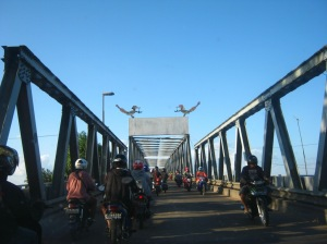 Maskot Kalbar bertengger di atap jembatan