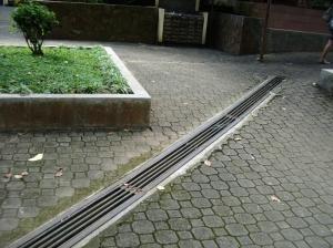 Saluran drainase di taman GMKA