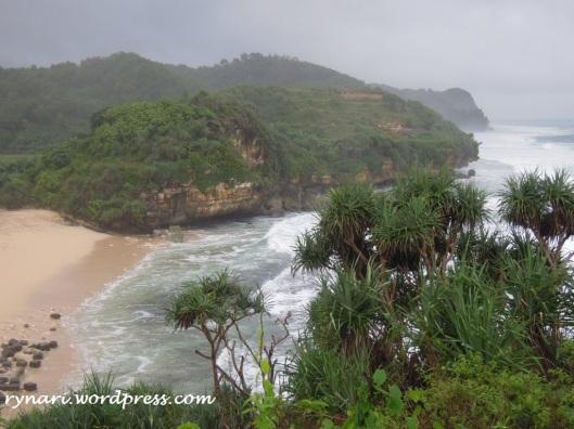 melongok pantai sepi dari bukit
