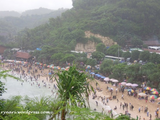 barisan payung pantai dari bukit