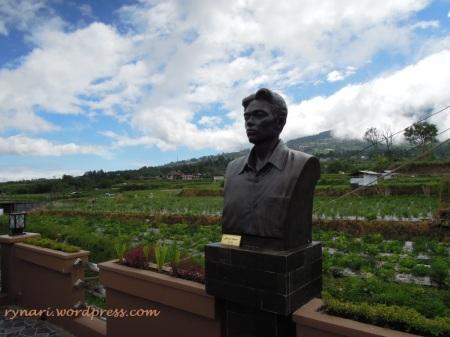 Khairil Anwar berlatar ladang sayur