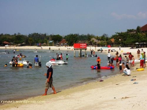 Warna-warni di Pantai Bandengan panas menyengat