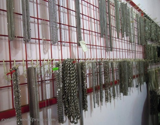 Ragam perhiasan monel