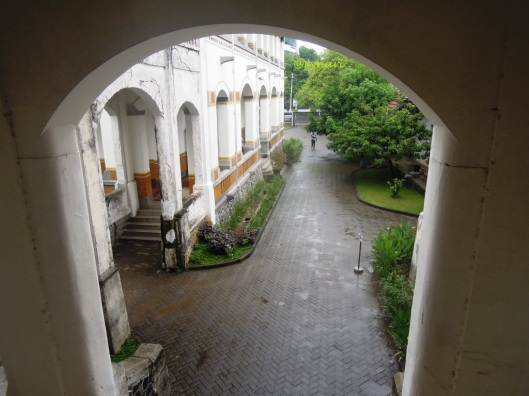 nikmati rinai hujan dari jendela (Gedung B Lawang Sewu Semarang)
