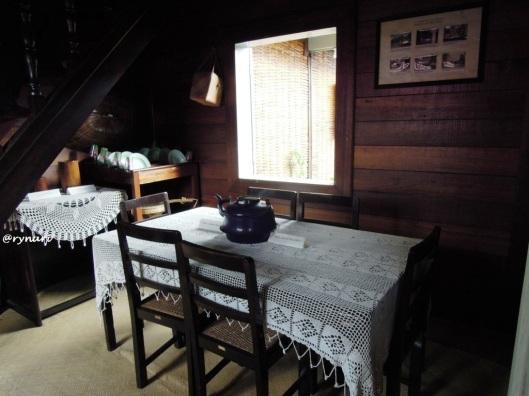 Renda putih di ruang makan rumah KBH