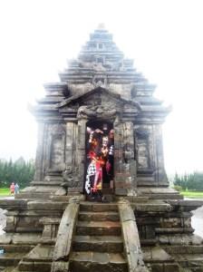 Penari di Candi Arjuna