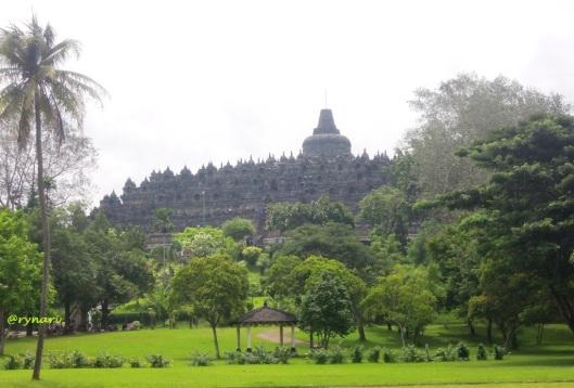 Borobudur dari taman Lumbini diapit oleh pohon bodhi
