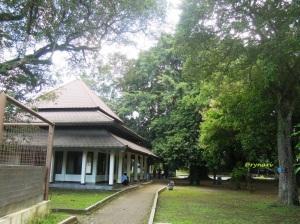 Masjid di keteduhan Balekambang