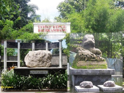 Taman Reptil-batu asmara-patung katak beraksara Jawa
