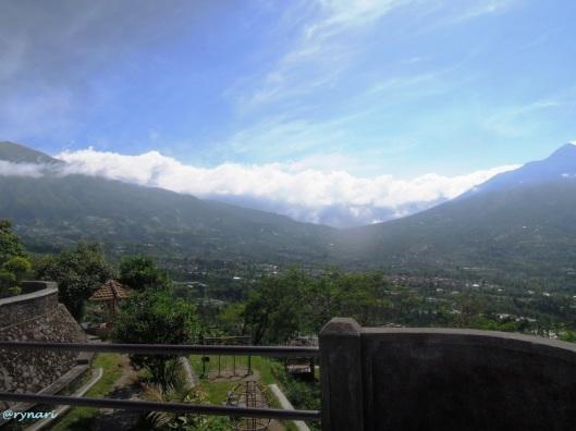 Merbabu (ki) - Merapi (ka) dari Ketep Pass