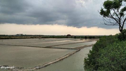 Sejumput senja di ladang garam