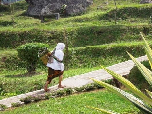 Perempuan anak bumi di Gedongsongo