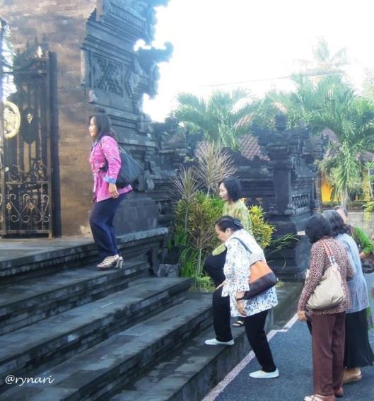 Berbimbingan mendaki memasuki gerbang