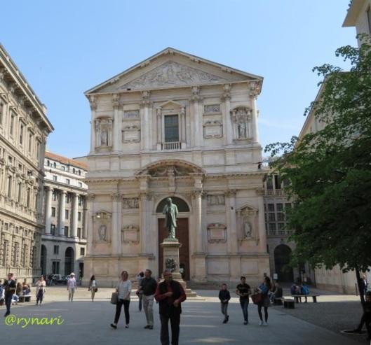 Bersantai di Palazzo Marino yang lebih lengang